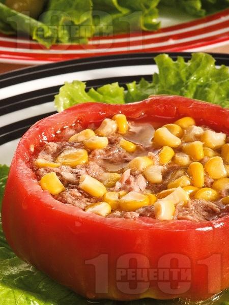 Пълнен домат с риба тон и царевица - снимка на рецептата